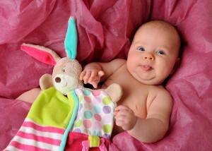 Baby mit erstem Kuscheltier