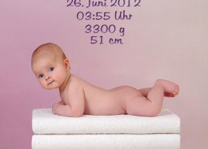 Baby auf Handtuchstapel mit Name,Größe,Gewicht,Uhrzeit