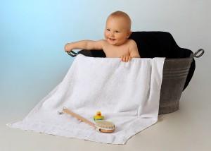 Baby in alter Badewanne