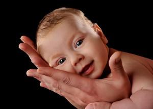 Baby In Papas Händen