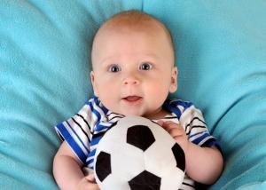 Baby mit Fußball