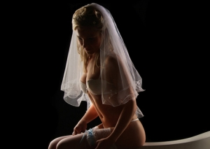 Braut Erotik sitzend