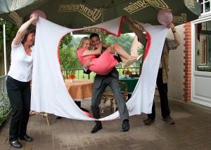 Hochzeit Bettlaken zerschneiden