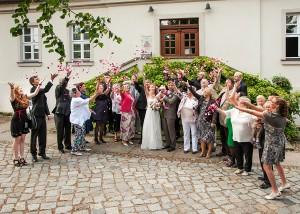 Trauung in Schönhausen Blumen werfen