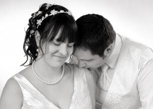 Hochzeits-Portrait küssend in schwarz-weiß