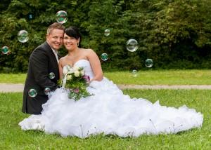 Hochzeits-Portrait mit Seifenblasen