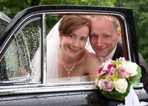 Hochzeits-Portrait durch eine Autotür