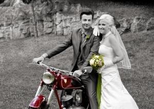Hochzeits-Portrait mit Motorrad nachcoloriert