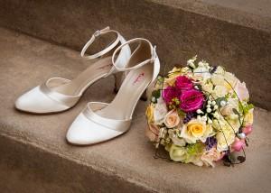 Hochzeitsstrauß und -schuhe