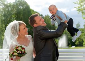 Hochzeits-Portrait mit Baby