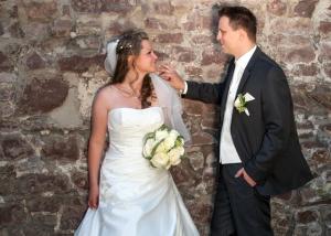 Hochzeits-Portrait vor Steinmauer