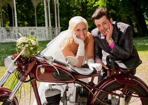 Hochzeits-Portrait mit Oldtimer-Motorrad