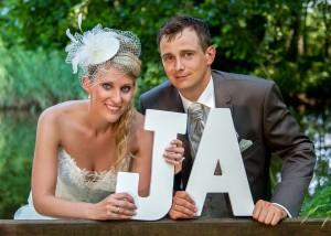 Hochzeits-Portrait mit JA-Buchstaben
