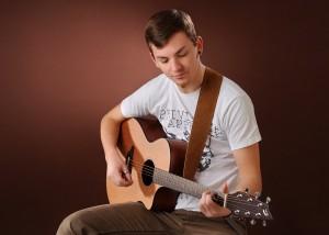 Portrait – Mann mit Musikinstrument