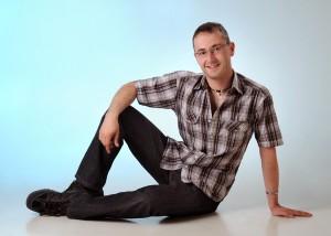 Portrait – Mann sitzend auf Boden