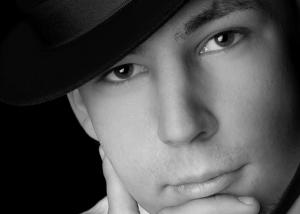 Portrait – Mann mit Hut  in schwarz-weiß