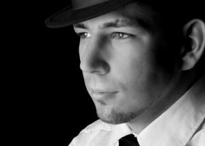 Portrait – Mann im Profil schwarz-weiß