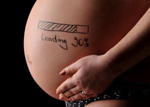 Schwangere mit Text auf Bauch
