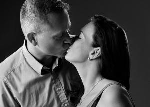 Schwangere mit Partner und Ultraschallfoto