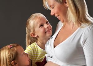 Schwangere mit Töchtern