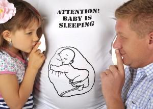 Schwangere mit T-Shirt-Aufdruck