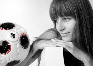 Portrait-Frau Blick auf Fußball