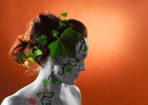 Bodypainting mit Efeu im Haar