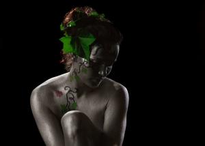 Bodypainting vor dunklem Hintergrund