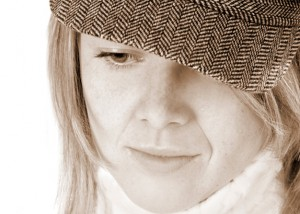 Portrait Frau mit Mütze in sepia