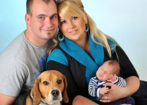 Familienfoto mit Baby und Hund