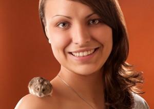 Tier - Portrait mit Hamster und Frauchen