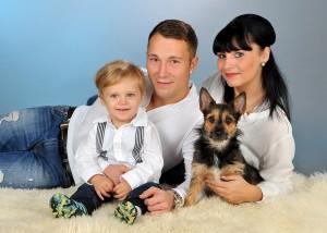 Familie liegend mit Hund und Kind